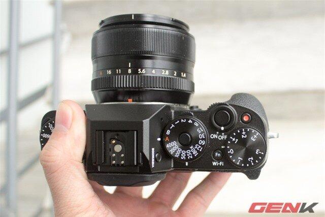 X-T1 hỗ trợ truyền ảnh không dây qua Wi-Fi với phím bấm chuyên dụng và nút kích hoạt quay phim ngay cạnh phím chụp hình.