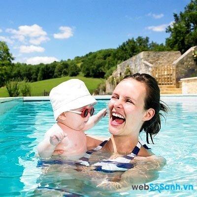 Đội mũ, đeo kính và dùng kem chống nắng để bảo vệ bé