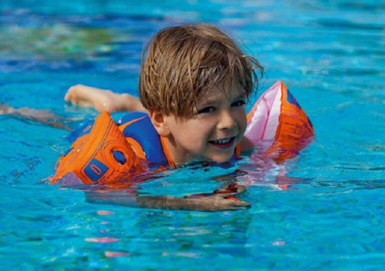 Nên chọn phao bơi trẻ em được làm từ chất liệu EVA và PVC