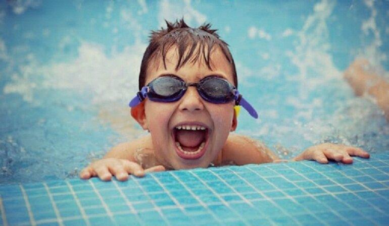 Kính bơi giúp bảo vệ mắt bé an toàn