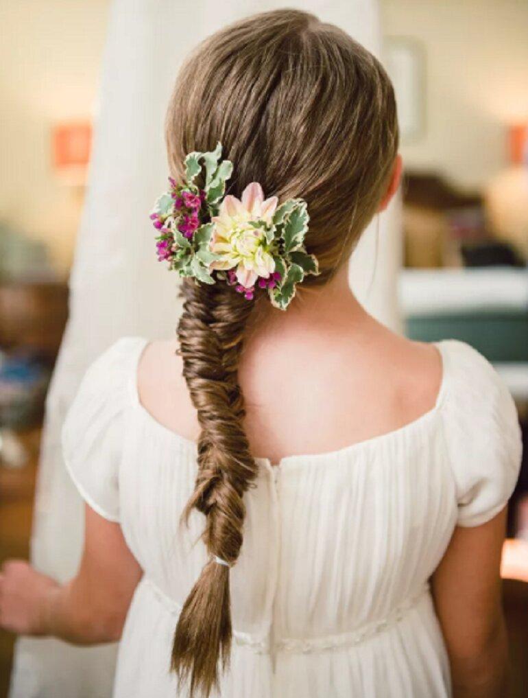 Các bé có mái tóc dài, nếu tết tóc điệu đà một chút rồi cài thêm bông hoa là đủ xinh đẹp và dễ thương rồi! Kiểu tóc này sẽ vô cùng hoàn hảo với một chiếc váy công chúa trong những tháng ấm áp!