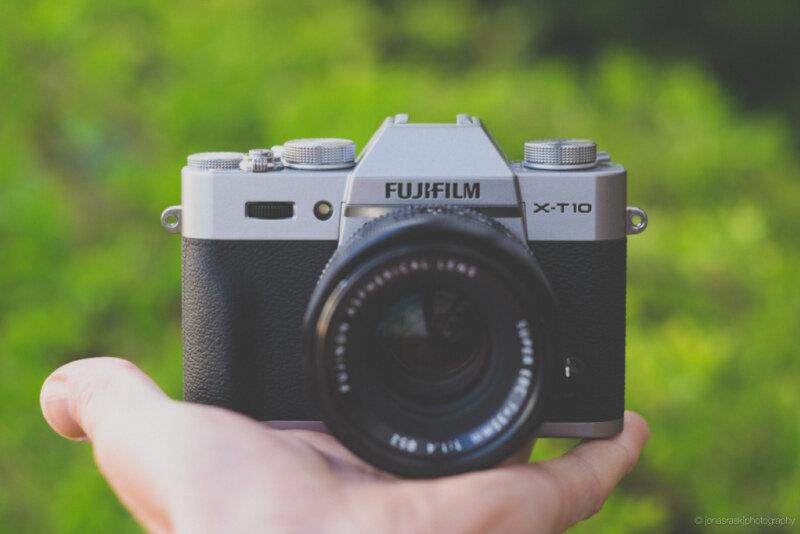 Máy ảnh Fujifilm X-T10 nhỏ gọn trong lòng bàn tay.