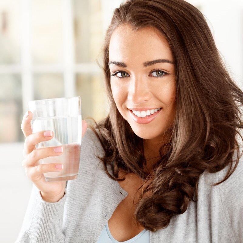 Uống nước lọc thay vì các loại nước có màu giúp hiệu quả tẩy trắng tốt nhất và được duy trì lâu hơn