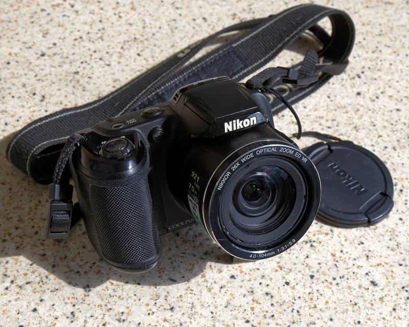 Máy ảnh cầu nối với thiết kế lai giữa máy compact và máy DSLR