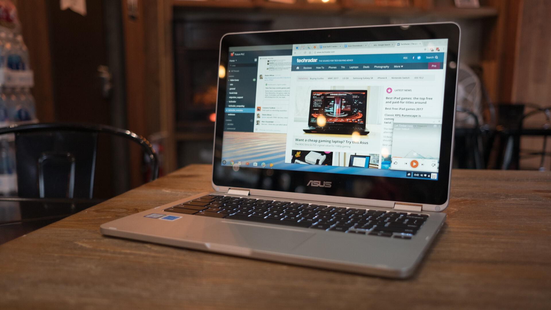 Asus Chromebook Flip C302 có thiết kế gọn nhẹ, dễ mang đi