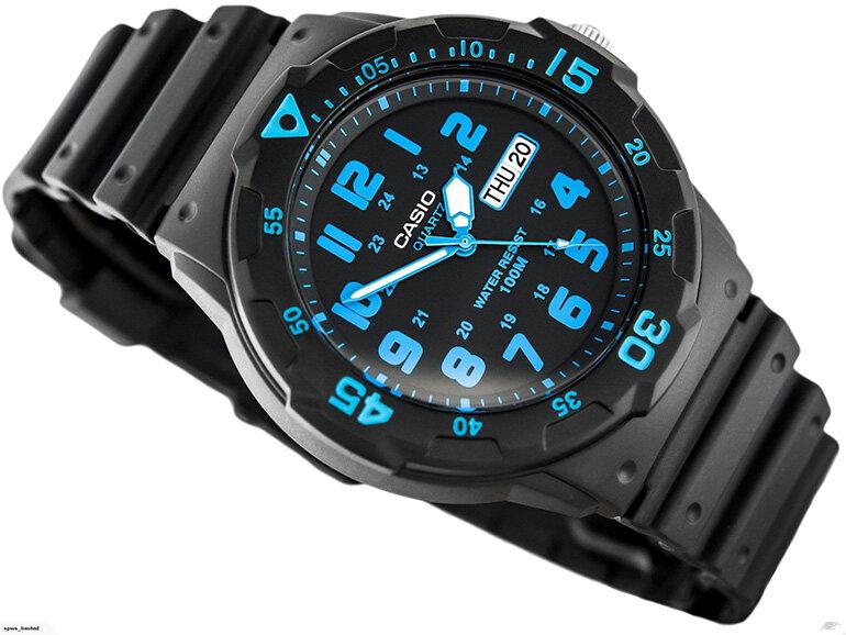 Bạn nên lựa chọn đồng hồ có đầy đủ tem mác và bảo hành cho sản phẩm