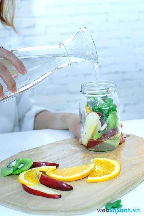 Thêm nước lọc là bạn đã có một bình nước trái cây thơm ngon, vừa giải khát, vừa thanh lọc cơ thể và giảm cân hiệu quả.