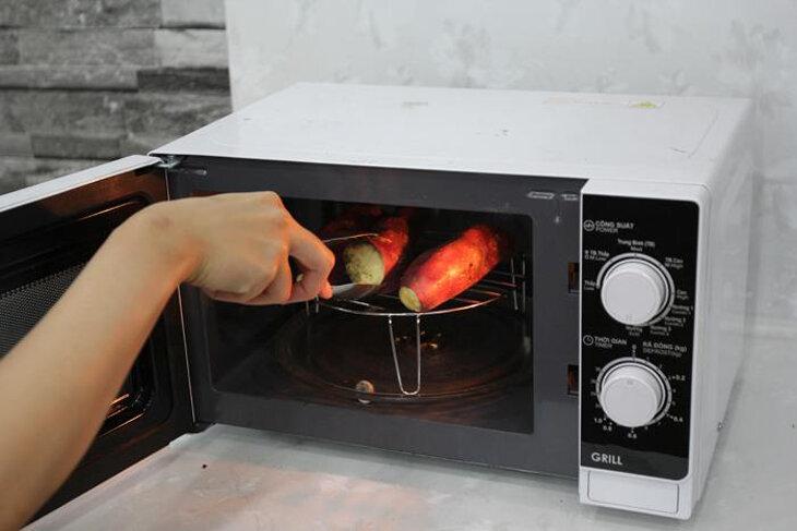 Phải dùng vỉ nướng riêng khi nướng bằng lò vi sóng có nướng