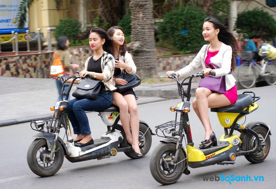 Hành vi ngồi trên xe đạp điện khi lưu thông trên đường không đội mũ bảo hiểm sẽ bị phạt tối đa tới 200,000 đồng