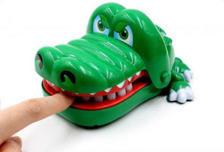 Đồ chơi cá sấu cắn tay