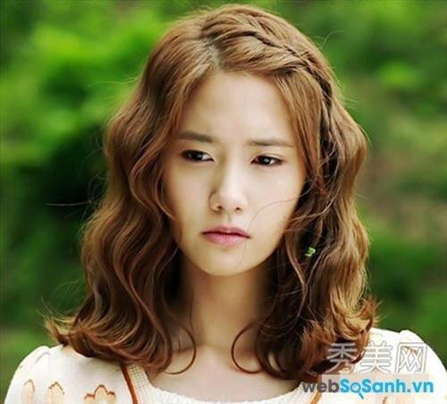 Còn nếu tóc đã sẵn xoăn rồi thì chỉ cần tết mái một chút nữa là hoàn hảo, bạn sẽ giống như cô nàng Yoona này, vừa điệu đà lại trông rất tiểu thư!