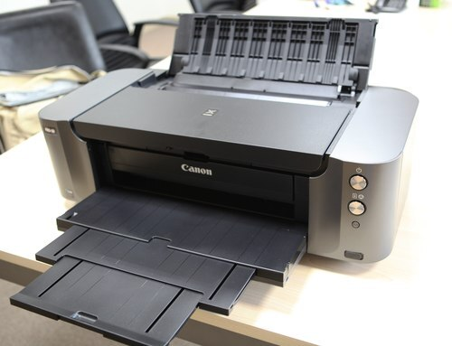 Pixma Pro 100 với thiết kế 2 màu đen và xám cứng cáp.
