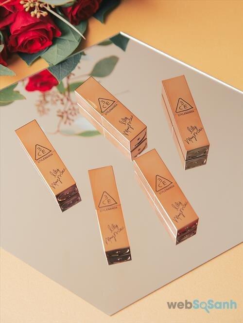 3CE Lily Maymac Matte Lip Color được đựng trong một hộp giấy màu vàng trông rất bắt mắt