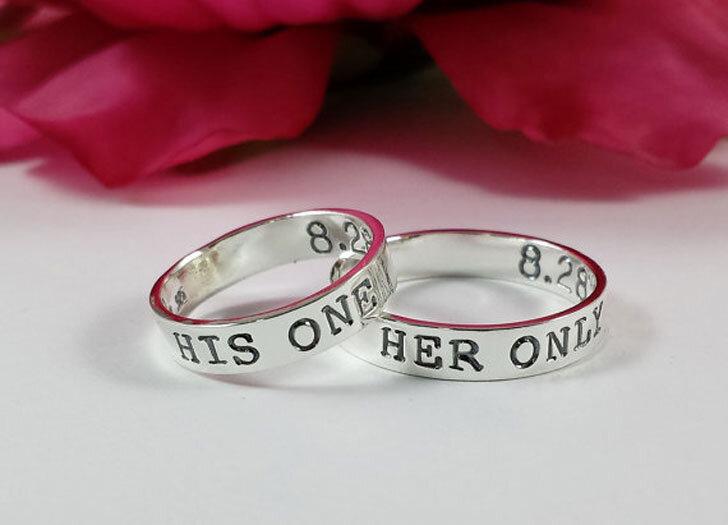 Nhẫn hẹn ước không hẳn là một chiếc nhẫn cưới (wedding ring) hay nhẫn đính hôn (engagement ring)