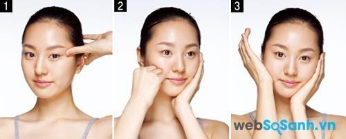 Động tác 2: Dùng ngón tay cái ấn nhẹ từ đuôi mắt sang thái dương. Nắm tay lại và để phần ngón tay áp vào má. Bước 3, bạn dùng lòng bàn tay xoay tròn tại phần xương gò má theo chiều hướng lên.