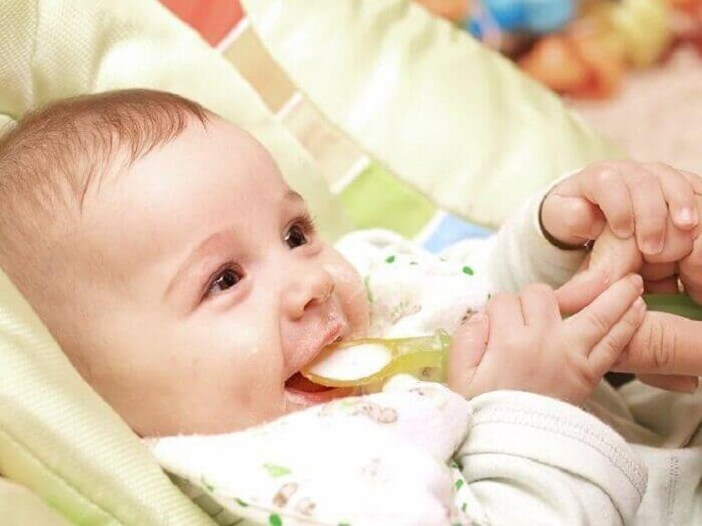 Có nên cho trẻ 4 tháng ăn bột ăn dặm không?