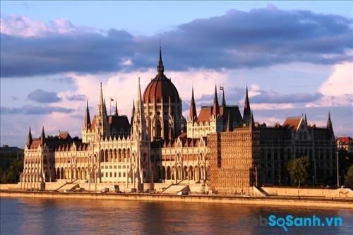 Kiến trúc ở đây thường là những tòa lâu đài cổ kính và đồ sộ
