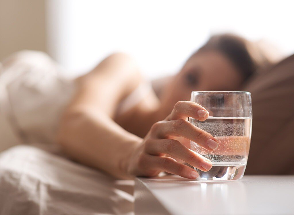 Nên uống nhiều nước hơn khi nằm trong phòng có điều hòa