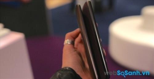 Moto X Style là chiếc điện thoại lớn hơn nằm bên trái