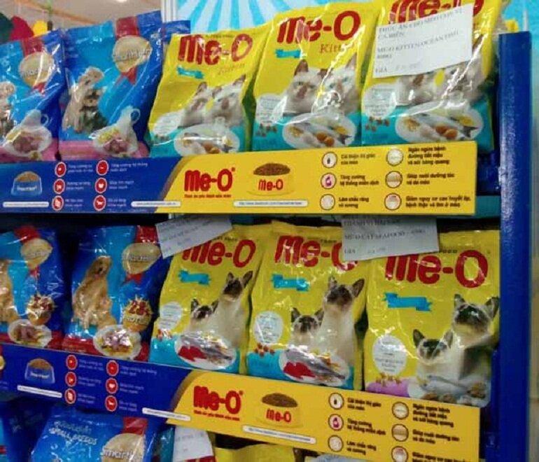Nên mua thức ăn cho mèo Me-O ở những địa chỉ bán hàng lớn và uy tín