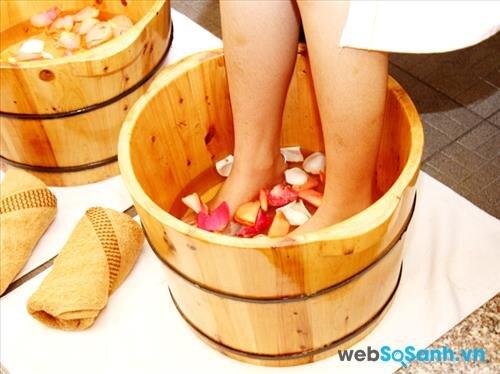 Nên ngâm chân bằng chậu gỗ để đạt được hiệu quả cao nhất