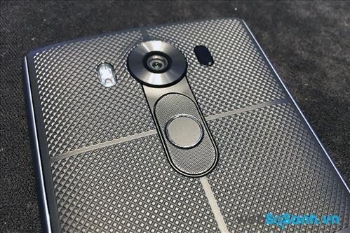 LG V10 cũng để trống các cạnh bên và di chuyển các phím vật lý ra phía mặt lưng ngay dưới camera