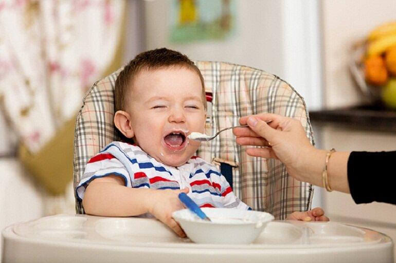5 tháng tuổi có phải là thời điểm thích hợp cho bé ăn dặm