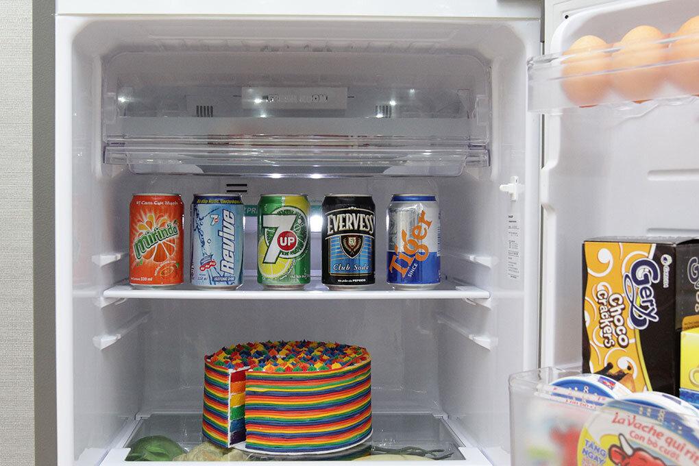 Các khay đựng thực phẩm của tủ lạnh Sharp SJ-X176E đều được làm từ kính cường lực nên có thể chịu trọng lực lớn