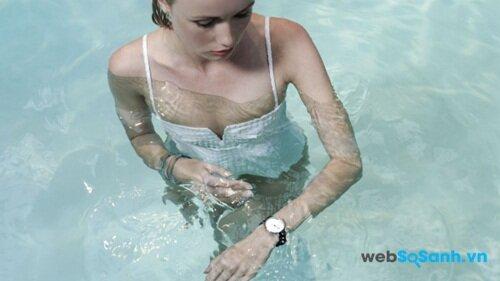Bạn thoải mái ngâm mình trong hồ bơi với Withings Activité Nguồn: Internet