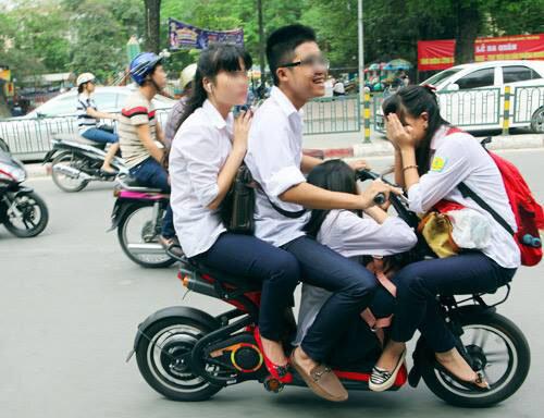 Tới đây Sở GD&ĐT Hà Nội sẽ kết hợp với Sở giao thông Hà Nội, cảnh sát giao thông để phát hiện và xử lý nghiêm khắc những em học sinh vi phạm luật giao thông, và việc không đội mũ bảo hiểm khi ngồi trên xe điện