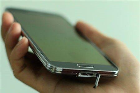 Galaxy S5 cũng được trang bị cổng USB 3.0 như trên Galaxy Note 3.