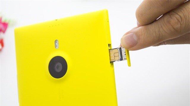 Các khe gắn thẻ nhớ và SIM được bố trí tinh tế