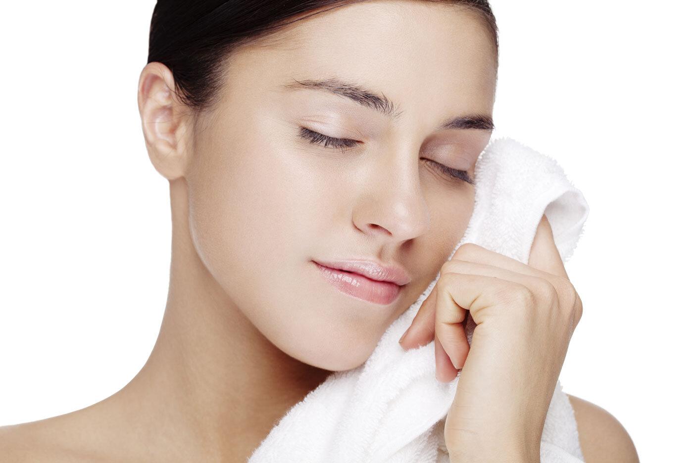 Dùng khăn hoặc bông tẩy trang lau nhẹ nhàng trên bề mặt da