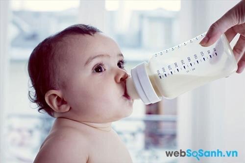 Mẹ nên lựa chọn loại sữa có thành phần phù hợp với thể trạng của bé