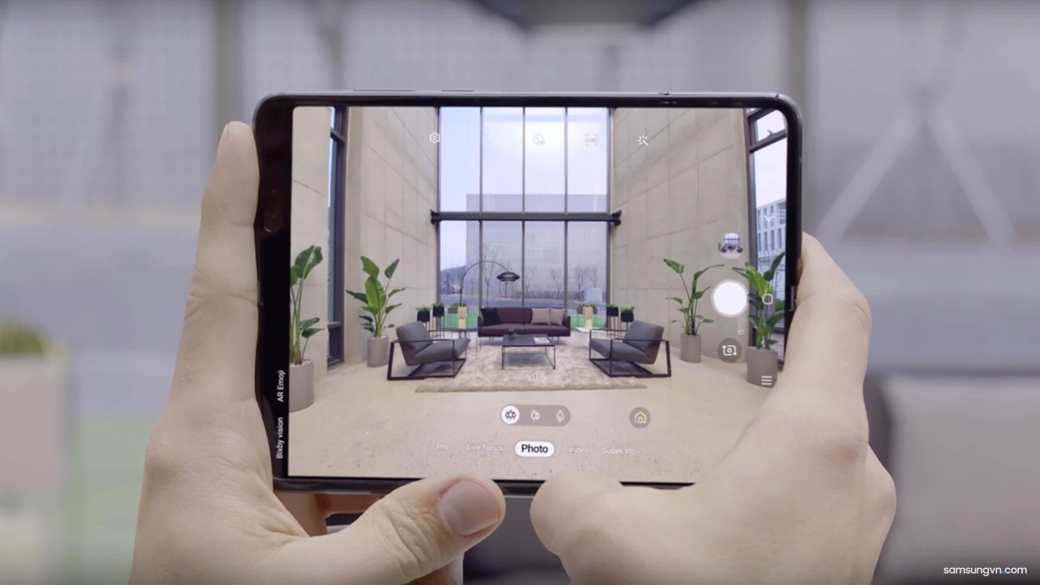 Sử dụng camera trên màn hình rộng của Samsung Galaxy Fold tạo được chiều sâu cho ảnh vô cùng sống động