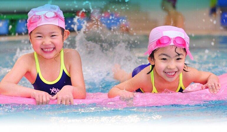 Mũ bơi giúp bé thoải mái vui chơi dưới nước