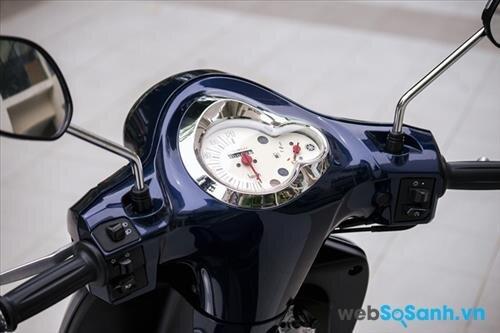 Mặt đồng hồ được viền crom trông rất sang trọng