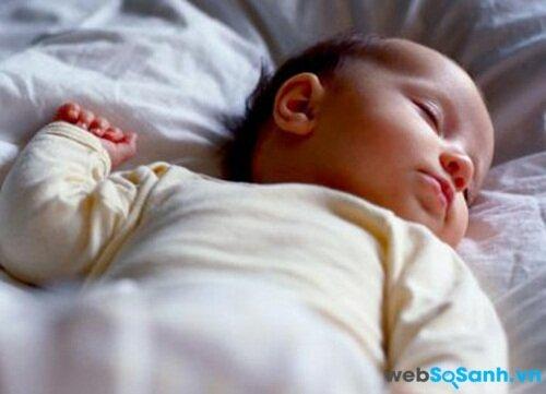 Tắt đèn khi bé ngủ