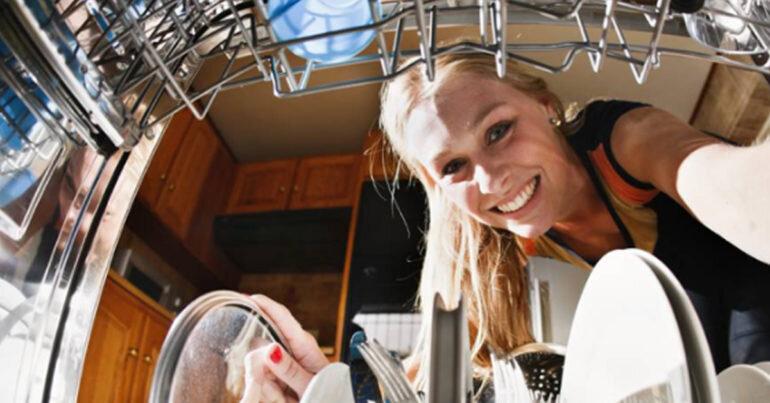 Đừng dại dột mà cho những thứ này vào máy rửa bát nhà bạn nếu không muốn mất tiền oan