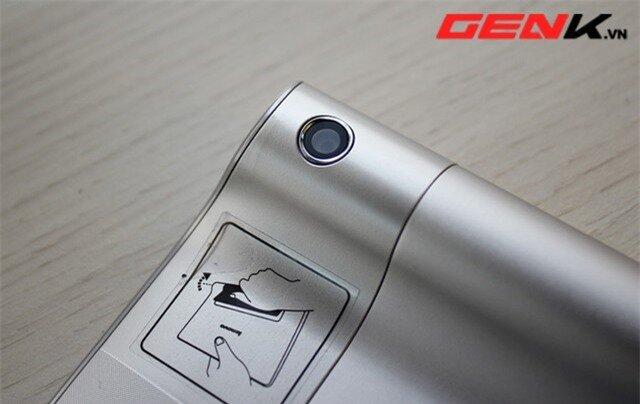 Camera sau cũng được bố trí ngay trên tay cầm hình trụ. Lenovo tận dụng khá tốt bộ phận này để gắn kèm các chi tiết phần cứng nhỏ.