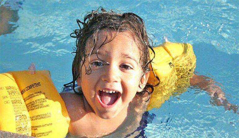 Phao bơi đeo tay giúp bé giữ thăng bằng dưới nước hiệu quả