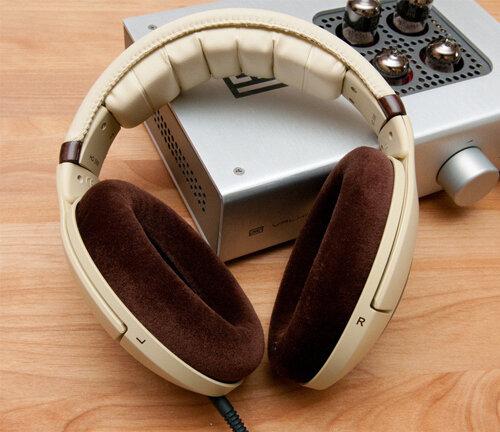 Ốp tai và headband được lót đệm dày, tạo cảm giác thoải mái mà vẫn sang trọng
