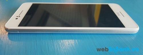 HTC Desire 728G có dáng vẻ vuông vắn sang trọng hơn với khung phẳng sơn nhám giải kim loại