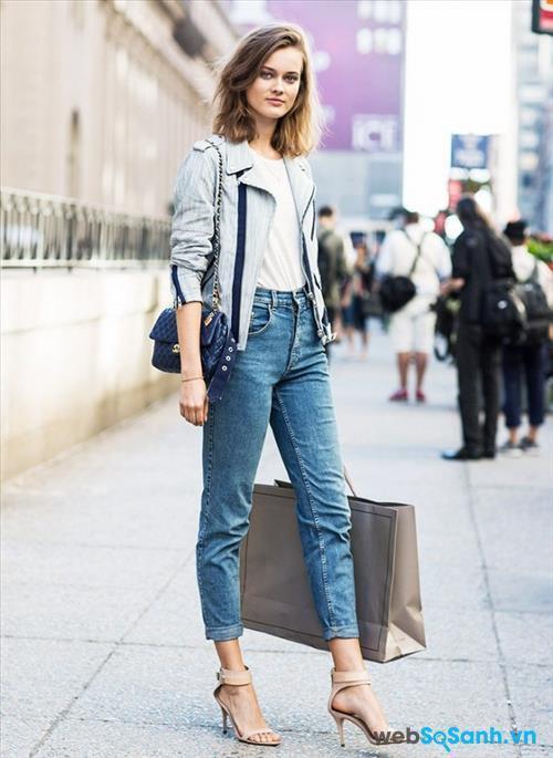 Với chiếc quần jeans và áo T-shirt, bên ngoài là chiếc áo khoác độc đáo và túi xách, kèm theo đó là đôi giày cao gót, cô gái này trông vừa trẻ trung, hiện đại nhưng không kém phần nữ tính và xinh đẹp. Bạn có thể lựa chọn quần jeans lửng để thêm phần trẻ trung - đó cũng là xu hướng hiện nay.