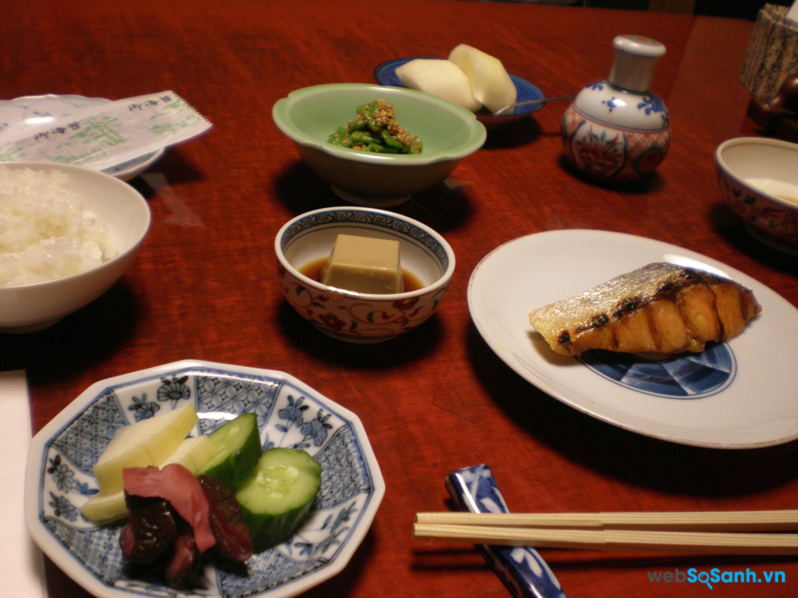 Trong bữa ăn của người Nhật, bạn không được dùng đũa để gắp thức ăn sang bát người khác