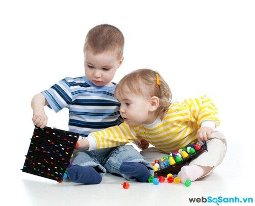 Không nên cho trẻ chơi các đồ chơi nhỏ vì bé dễ đưa vào miệng