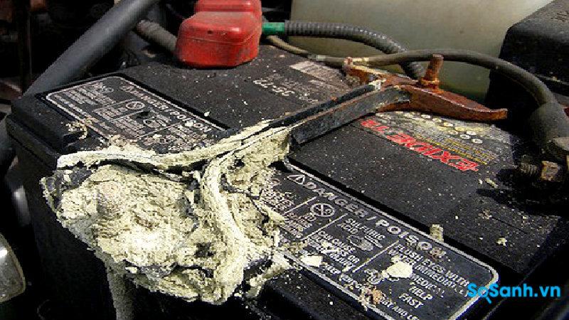 Ắc quy phồng rộp và có những chất bẩn chảy trên bề mặt