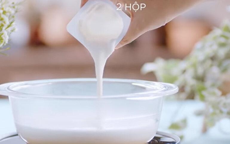 đổ 2 hộp sữa chua vinamilk vào nồi vừa bắc ra rồi khuấy đều