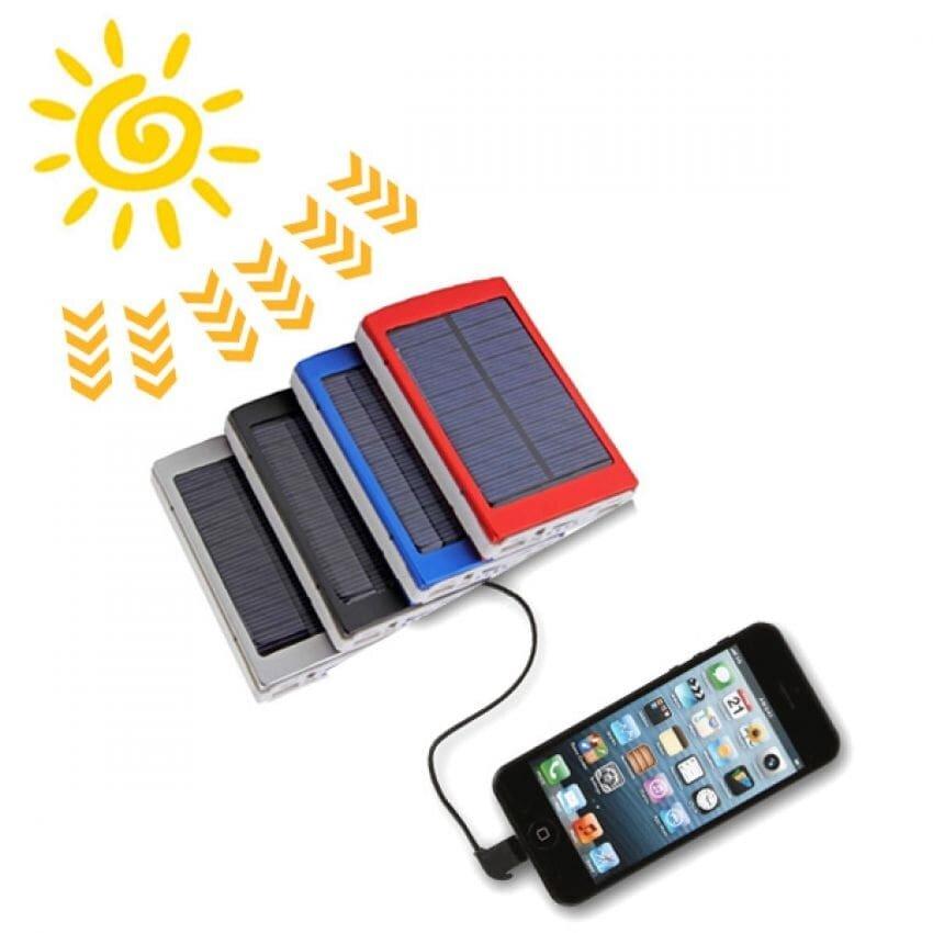 Dùng sạc năng lượng mặt trời để sạc điện thoại