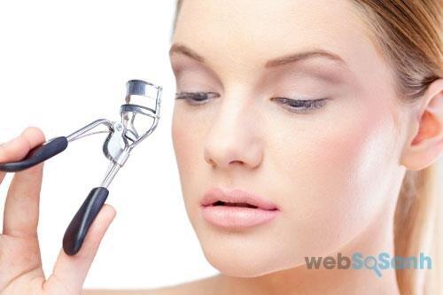 Sử dụng kẹp mi giúp mi cong tự nhiên mà không cần chuốt mascara